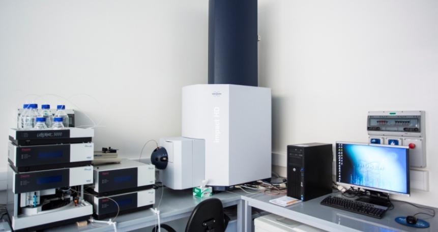 Spektrometr mas typu QTOF (Impact HD, Bruker),  UHPLC (UltiMate 3000 Thermo Scientific/Dionex)